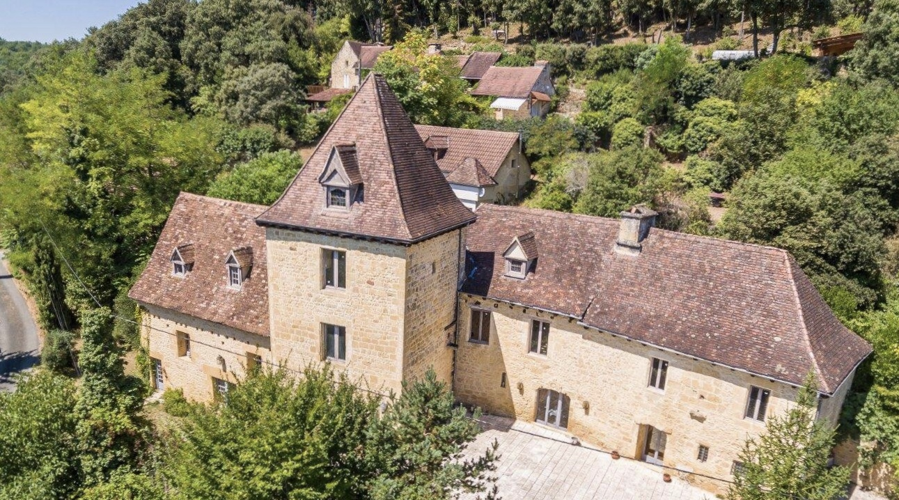 Main Photo of a 3 bedroom  Chateau for sale