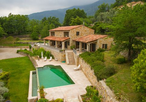 Situated on the hillside, on about 5000 m2 of land, the stone house, benefiting from a beautiful view, has about 250 m2 of living space. Entrance hall, powder room, laundry room, fitted American kitchen (25 m2) opening onto the dining room (30 m2), l...