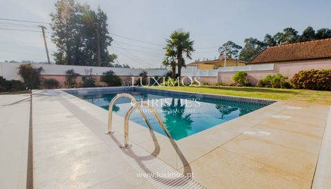 Distinguished luxury villa with pool and garden , for sale , located in Espinho. Benefits from all the comfort, with central heating and heat recuperators. This spacious villa has 3 large bedrooms, balconies and terrace on the private area and on the...