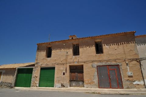 Impressive house of 297 square meters, in a quiet area of Jumilla. The house has 2 floors, and originally had 5 rooms, of which follows the structure, It is an ideal project for those who want to enable the house of their dreams to your liking.If you...