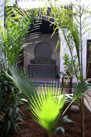 Guest house in Meknes in Morocco.  With property titles and licenses. More than 12 years working with stable staff.  Very good positioning with all online agencies.  Land 300m2. 700m2 habitable. Interior garden and terraces overlooking the main sq...