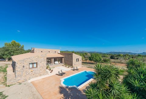 Enjoy your deserved vacation in a modern oasis in the middle of the fields in Artà, with private pool and capacity for 4 people. The peaceful surroundings of this house will allow you to forget the hustle and bustle of your daily life. The sound of t...