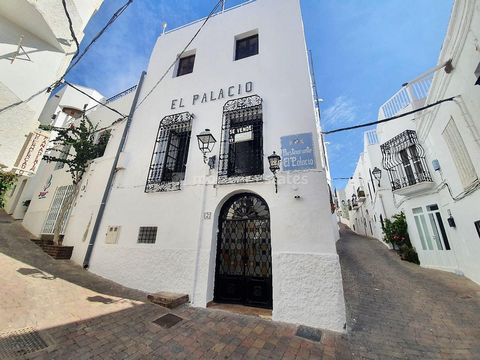 Commercial property / Restaurant in a stunning village building on 3 floors includes a restaurant & professional kitchen, storerooms and an apartment plus a large roof terrace, for sale in the heart of Mojacar village with sea and mountain views. El ...