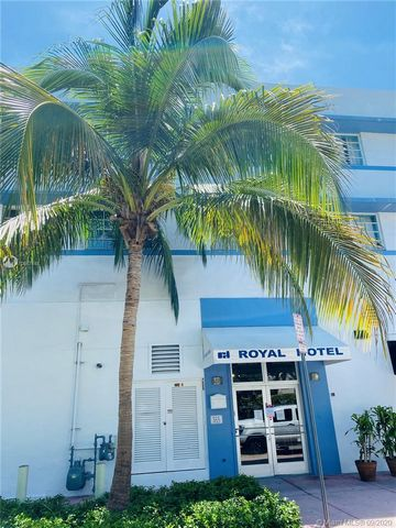 Beautifully remodeled studio, superb location. Walk to the beach, restaurants and shopping. Perfect for an Investor. No rental restrictions. Daily rentals available. HOA includes Cable, High-Speed Internet, Water, Electric, and 24/7 Concierge that in...