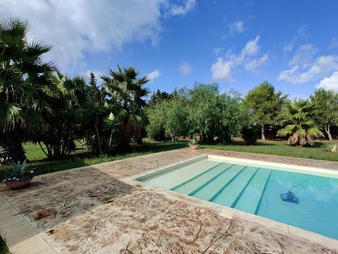 A few steps from the Baroque of Lecce and 10 minutes from the splendid sea of Torre Dell'orso we propose an independent villa surrounded by a park of about 9500 square meters on which insists a large swimming pool and valuable vegetation. The propert...