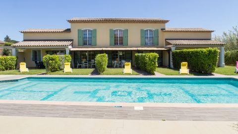 Superbe villa provençale, située dans un quartier résidentiel de Saint Tropez. Grand calme et absence de vis à vis. A seulement 10 minutes à pied de la Place de Lices le port à quelques pas de plus. Egalement à 10/15 minutes à pied des plages de Cane...