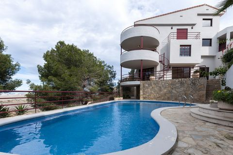 Welcome to this spectacular six-storey house, with private pool, in Cullera. It can accommodate 16 people. This incredible urbanization house is perfect for big families or groups of friends. Its exteriors are very simple and welcoming and offer such...