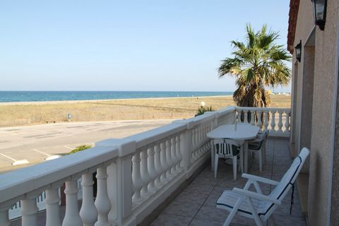 Superb villa on the seafront composed of 6 rooms on a living area of 158 m2 built on a plot of 596 m2. This villa will seduce you with its luminosity and its calm, close to shops and the center, while having a beautiful view facing the sea all year r...
