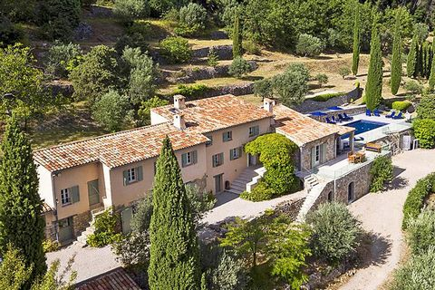 Situated on about 2 hectares of land, planted with olive and fruit trees and benefitting from a beautiful view over the valley, the old mas has about 280 m2 of living area. Entrance hall, TV lounge, fitted American kitchen leading to the dining area ...