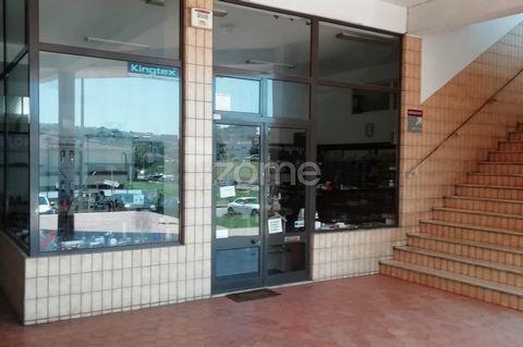 Loja na Rua de Vilalva – Santo Tirso com uma area de 83 m2 Possui uma excelente montra e duas frentes , o que lhe confere uma boa luminosidade. É uma excelente opção para loja comercial ou serviços. Neste momento a funcionar como venda, manutenção, a...