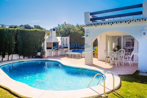 Marbella- Puerto Banus-San Pedro De Alcantara In a very quiet and beautiful area with walking distance to the beach, fantastic villa 4 bedrooms, 4 bathrooms / suite, large living room, terraces with access to the garden and pool, dining room and kitc...