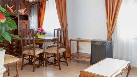 Apartment for rent to be used for offices in downtown Denia. A property that has approximately 60m2, having inside 3 very bright rooms, and also having a bathroom and kitchen. Ideal to develop any administrative or commercial activity.