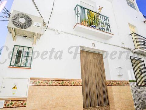 Acogedora casa de pueblo en Cómpeta con 2 terrazas. El alojamiento distribuido en tres planta comprende un salón, una cocina, un aseo, un cuarto de baño y 3 dormitorios.