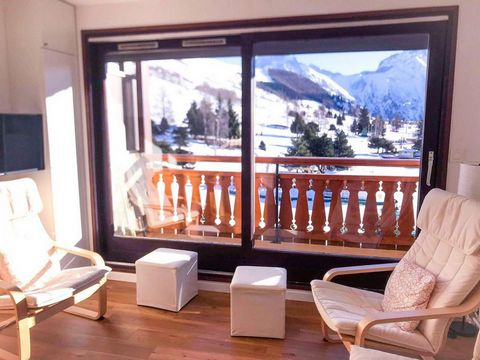 Residence Le Gioberney is located at the bottom of the ski slopes in Les 2 Alpes. It is ski-in/ski-out. You'll have the best of staying in resort center witout the nuisance (no noisy place nearby). Surface area : about 32 m². 3rd floor. Orientation :...
