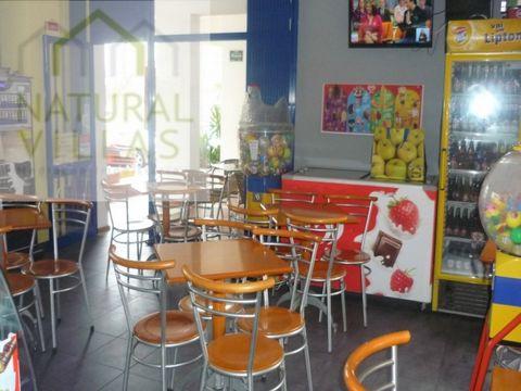 Café/Pastelaria a funcionar com excelente localização na Cidade de Quarteira. Sala com com bom número de capacidade de clientes e com excelente luminosidade diurna. Cozinha. Toilette feminino e masculino. Arrecadação. Ar condicionado. Bons acessos. Á...