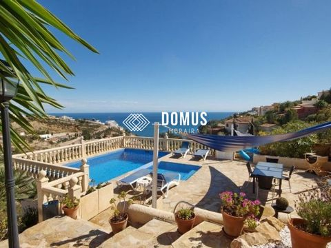 Magnificent villa with sea view in Cumbre del Sol, near the international school (The Lady Elisabeth Scool). The villa comprises on two levels : 4 bedrooms 4 bathrooms 1 large living room with fireplace 1 dining room 1 magnificent fully equipped kitc...