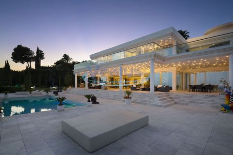 Marbella - Amazing contemporary style Villa with panoramic views of the coast and situated on the Golden Mile, in one of the most prestigious areas of Marbella. Built to the highest standards, including underfloor heating and marble floors, it is dis...