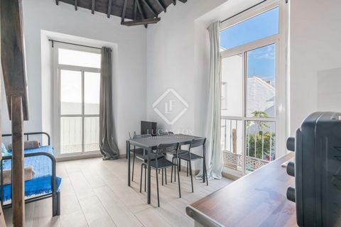 Lucas Fox presents this building for sale. Its façade maintains the typical architectural character of the area with its eight balconies that provide abundant natural light inside. The entrance to the building is located in one of the pedestrian stre...