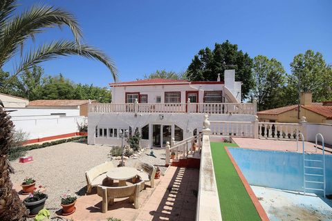 Incredible opportunity to obtain the villa of your dreams for an irresistible price! This magnificent property located in Caudete, is in an excellent location with walking distance to the town, schools, parks, supermarkets, bars ... It is located in ...