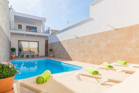 Bienvenidos a esta preciosa casa de pueblo en Sa Pobla, con piscina privada y alojamiento para 6 personas. La terraza de esta magnífica casa de dos plantas es sin duda el lugar preferido de nuestros invitados. La calidez que ofrecen las altas paredes...