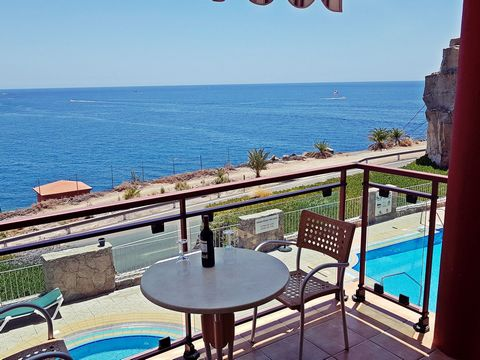 Luxury Apartment with fantastic ocean views. Two double bedrooms with seaview and aircondition. Bright living room with a large high-tech kitchen, dining area and acces to the south faced balcony overlooking the ocean and 3 beaches (Playa del Cura, T...