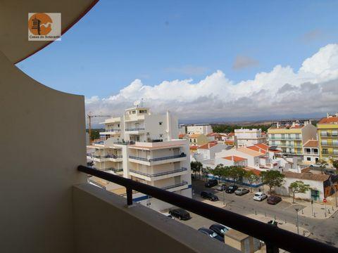 Mit Blick auf die Stadt, Apartment T1, First Line von Monte Gordo Beach 80 Meter vom Strand und 700 Meter vom Cabeco Beach entfernt. Diese Unterkunft am Strand bietet Zugang zu einem Balkon und Wasser, Licht im Mietpreis für 9 Monate. Das Apartment v...