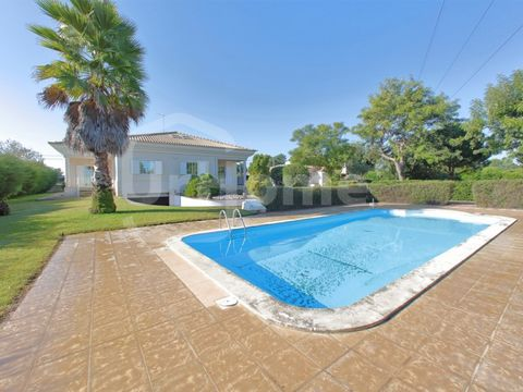 Fantastic 6 bedroom villa in Moita, Setúbal, on Lisbon's South Bay. With a total of 6 amazing bedrooms, one of them being a suite, this huge property also has a big salon and an attic. There is also a fully equipped kitchen, built-in closets, double ...