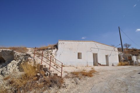 Cave house in La Zarza, very easy access to the property from the main road, plot of 4500 sq meters with olive trees.The house has good ventlation on all rooms because of the windows. We are specialists in the Costa Blanca and Costa Calida specialisi...