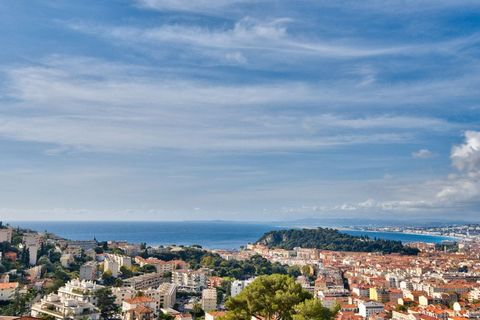 Ideally located close to the sea and the shops, 4 room flat of 120 m2 living space, located in a dominant position, magical view of the sea, the port of Nice, south and west exposure until sunset. Magnificent luxurious renovation made by an architect...