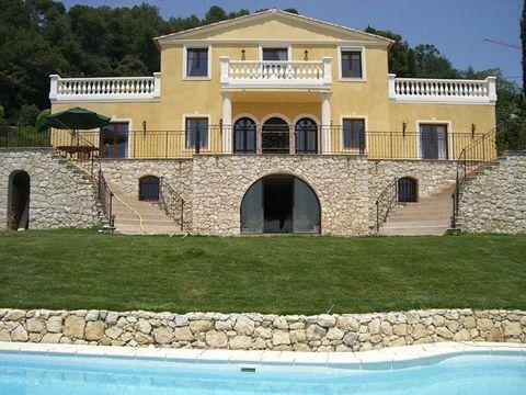Cette villa a un charme Romain et elle est situé près du village de La Colle sur Loup. Villa parfaite pour deux familles et localise dans un quartier calme. - Annonce rédigée et publiée par un Agent Mandataire -