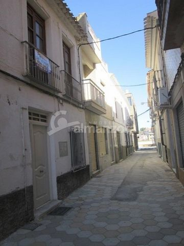 A large two Storey town house in need of a reform located in the centre of Albox here in Almeria Province.Upon entry ,the ground floor has a spacious lounge on the left and a smaller lounge to the right. The hallway leads through to the stairs and ki...