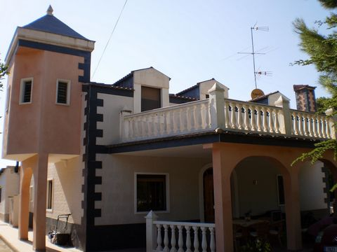 Stunning villa in Hondón de la Nieves. It has 280 square meters, 6 bedrooms and 3 bathrooms. Two salons, 2 kitchens with gallery and pantry, 2 covered porches. It has a fireplace and air conditioning. It is delivered with furniture and appliances.On ...