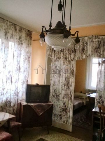 Ruse. 100 sq.m. spacious apartment with 2 bedrooms with perfect location IBG Real Estates is pleased to offer this bright and spacious apartment located next to the park of youth and the main street of Ruse city. The property is close to park, tennis...