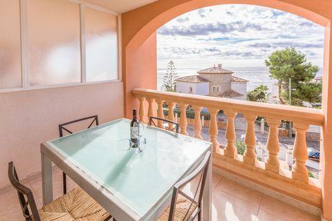 Bienvenido a este bonito apartamento con vistas al mar situado en Cala Pi. Tiene capacidad para 4 personas.Dispone de 1 terraza de 20 m2 totalmente equipada donde podrá pasar grandes veladas con vistas al Mediterráneo.El apartamento de 85 m2 situado ...