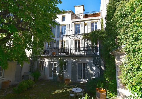 In Carpentras, in a pleasant area in close proximity to the heart of the city, a small 19th century mansion of about 280 m2 with a pretty planted garden and a 3 x 7 m swimming pool. On two levels, you will enjoy two beautiful terraces of 21 m2 and 25...