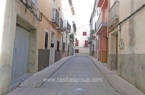 A Town House in the popular area of the Vall de la Gallinera, with its quaint Villages and Towns the property is on a good central street walking distance to the facilities of this delightful Village with stunning country views. The accommodation is ...