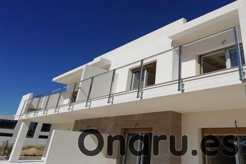 Estos modernos apartamentos forman parte de un nuevo desarrollo de 36 propiedades en el centro de Pilar de la Horadada, a solo 5 minutos en coche de la playa. Puede elegir entre 2 tipos diferentes de apartamentos, cada uno con 2-3 dormitorios y 2 bañ...