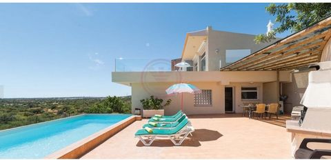 Villa with magnificent sea views. Offers 3 bedrooms, 2 en suite. On the ground floor there's a living room with fireplace, dining room and an equipped kitchen, 2 bedrooms, 1 en suite, on this floor there is also a large terrace to enjoy the view and ...