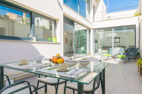 Welcome to this impressive and modern town house in sa Pobla that offers accommodation for 5 people. The main terrace of this house becomes the perfect place to relax enjoying a delicious breakfast or basking in the sun on one of the two sun loungers...