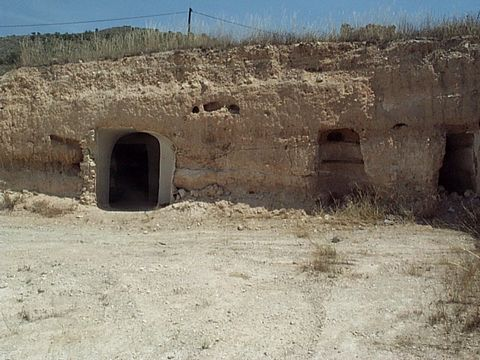 Cave house with 2,500m2 land situated just outside small village, ten minutes drive from Fortuna which has all amenities. Price includes project for three bedroom two bathroom house if desired. For an idea of end result of similar project please see