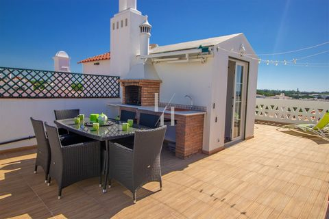Located in Loulé. 1st floor duplex with private and large roof terrace with Golf course view, equipped with BBQ, loungers, table and chairs, ideal to enjoy the meals on sunny days and warm nights. Access to the pools for a relaxing swimming. Air cond...