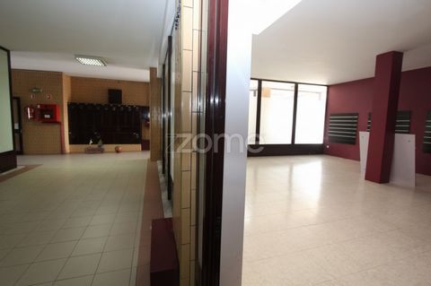Store of 47m2 with toilet, inserted in gallery on Av. of the Count, 5690. This shop is located in a strong pedestrian area, two-way street with STCP at the door and free city parking. Condominium: € 17,00 (seventeen euros) The management of opening a...
