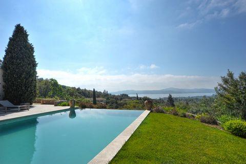 Ref. 003980P - Villa 'Princesse', Grimaud, 6 chambres / 12 personnes Luxueuse villa avec vue mer panoramique Située dans un domaine privé et sécurisé proche des plages sur les hauteurs de Beauvallon, cette villa avec piscine chauffée et vue mer panor...