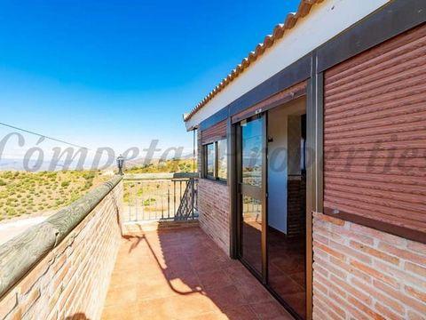 Apartamento en la parte alta de una villa en Canillas de Albaida. Esta propiedad está compuesta por un salón-comedor con estufa de leña, una cocina, 2 dormitorios dobles, 1 dormitorio individual y un cuarto de baño. Fantásticas vistas.