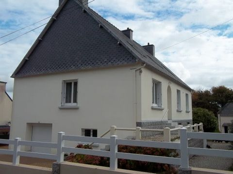 Located in a residential area of the village of Huelgoat, this very large house is absolutely immaculate. It has been totally renovated, high standard renovation with quality work and materials. Good roof, double glazed windows, new electricity, new ...