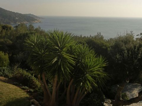 St Tropez villa rental. Beautiful villa in an exceptional environment with magnificent views of the sea. Located in the municipality of Ramatuelle south of Quessine, this house has all the amenities. 2 suites with bathroom and a bedroom with bunk bed...