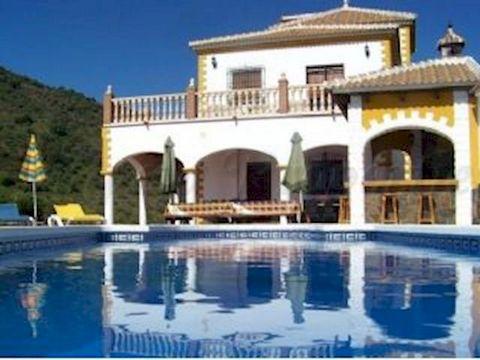 Una impresionante casa de campo (pax 12) con una fabulosa ubicación en el interior de la Costa del Sol, Andalucia. Cuenta con unas magníficas vistas al campo y a las Sierras. Hay sólo 3 kilómetros hasta el pueblo y unos 15 minutos conduciendo desde l...