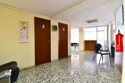 Local with the possibility to convert on a 2 bedroom apartment in Calpe, in the heart of the town, just 500 m from the beach. This bright 105 sqm apartment is located on the mezzanine floor of a building with lift. It is located just 500 m from the e...