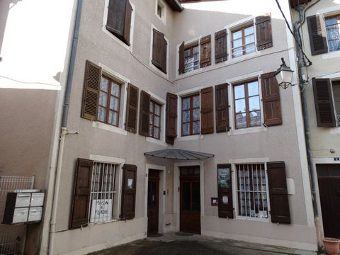 Beautiful house of the seventeenth century with enclosed park in the city center of Saint Marcellin and 10 minutes from the motorway (rare and exceptional). this charming house of 380m2 renovated with taste includes 4 independent studios from 17 to 3...