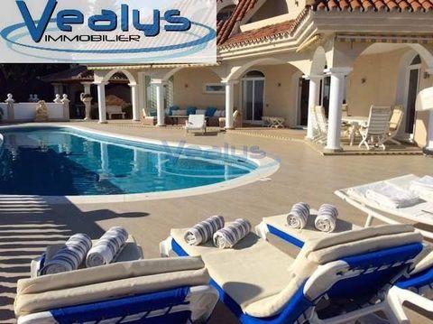 Marbella-Puerto Banus en una urbanizacion privilegiada, con securidad 24 horas, estupenda villa de 577 m2, 6 habitaciones, 5 baños, amplio salón con acceso a gran terraza (Relax, Chill-ot y BBQ) Jardín 1200 m2 con su piscina privada vistas increibles...